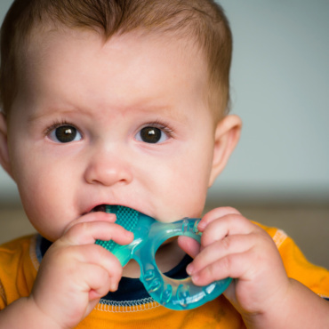 Wenn Kinder zahnen: lieber Beißring nutzen